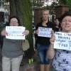 """""""Kaczyński = obłęd i zemsta"""", """"Panie Cymański Malbork wstydzi się za Pana"""". Protest przed Sądem Rejonowym w Malborku - 20.07.2017"""