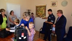 Policjanci pomagają dzieciom rozpocząć rok szkolny. Przekazali przybory szkolne. Ostaszewo – 11.08.2016