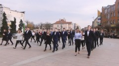 Polonez maturzystów I LO Malbork na fontannie w centrum miasta - 28.02.2017