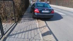 Zatrzymał się przy podwójnej ciągłej, utrudnił ruch. Mistrzowie(nie tylko)parkowania na chodniku przy ul.Kochanowskiego w Malborku – 16.03.2017