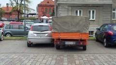 """Czy miejsca parkingowe są za ciasne? Mistrzowie (nie tylko) parkowania przy Przychodni """"Almed"""" w Malborku - 02.06.2017"""