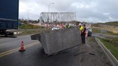 Ryki, Rondo na S7: 6 tonowy, betonowy element spadł z ciężarówki. Jedna osoba poszkodowana. - 27.10.2017