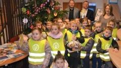 Nowodworscy urzędnicy i dzieci z Miejskiego Przedszkola nr 4 wspólnie dekorowali choinkę w Urzędzie Miasta -13.12.2017