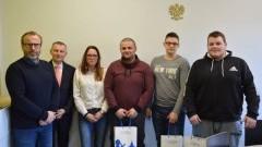 Burmistrz Jacek Michalski przekazał odzież sportową dla nowodworskiej sekcji podnoszenia ciężarów