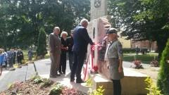 """Uroczyste odsłonięcie pomnika pamięci narodowej w Nowym Stawie poświęconego Związkowi Polaków """"Młody Las"""""""