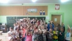 Bezpieczna droga do szkoły: Spotkanie dzielnicowego z uczniami Szkoły Podstawowej w Starym Polu