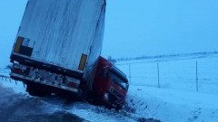 Ciężarówka w rowie. Kolejny wypadek na S7. Apel o ostrożność.
