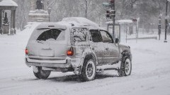 Policja apeluje o ostrożność – utrudnienia związane z opadami śniegu.