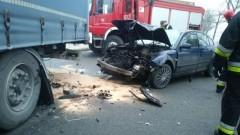 Auto osobowe uderzyło w tył ciężarówki. Wypadek na DK22 na wysokości Królewa.