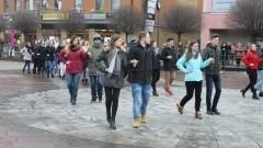 Maturzyści z I LO zatańczą poloneza na placu Jagiellończyka w Malborku
