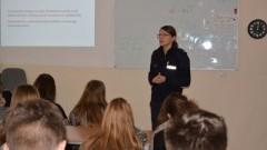 Rozmowa o cyberprzemocy z uczniami Szkoły Podstawowej w Lubieszewie.
