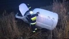 Auto wpadło do rowu. Poszkodowany zabrany do szpitala.