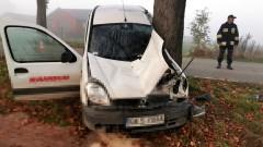 Stracił panowanie nad pojazdem i uderzył w drzewo. 4 osoby w szpitalu.