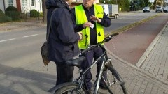 Nowodworscy policjanci rozdawali latarki rowerowe