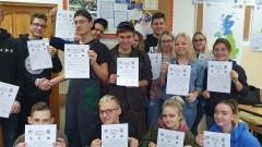 """Uczniowie nowodworskiego Zespołu Szkół otrzymali zaświadczenia o wolontariacie w przedsięwzięciu """"Geocaching""""."""