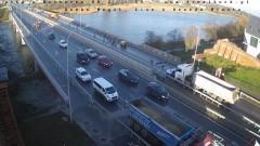 Ciężarówka staranowała osobówkę na moście w Malborku.