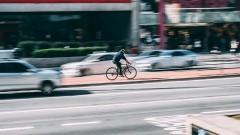 Pijany rowerzysta uszkodził samochód i uciekł z miejsca zdarzenia. Jednak nie daleko.