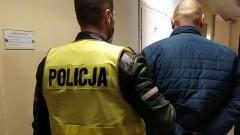 Policja zatrzymała podejrzanego o rozbój z użyciem przedmiotu przypominającego broń.