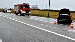 DK22. W wyniku zderzenia osobówek dwie osoby trafiły do szpitala.
