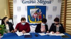 Gmina Stegna. Podpisano umowę na budowę hali sportowej w Drewnicy.