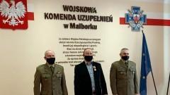 """Malbork. Andrzej Panek odznaczony złotym medalem """"Za Zasługi Dla Obronności Kraju""""."""