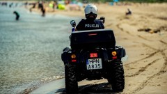 Nowy Dwór Gdański. Policjanci na quadach patrolują tereny nadmorskie.