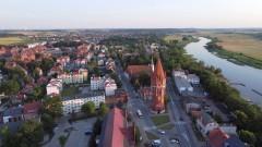 Wieża ciśnień przy Placu Słowiańskim w Malborku z lotu ptaka.