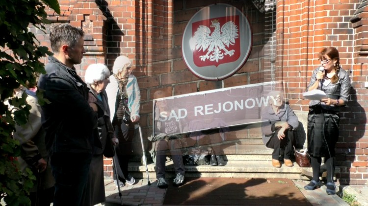 """Malbork: """"Mogę zostać osobą bezdomną"""". Bogumiła Skóra w kolejnej manifestacji o swojej sprawie sądowej – 27.09.2017"""