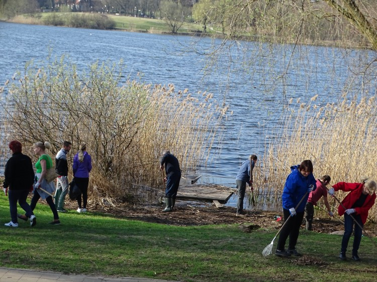 Sztum: Ok. 200 osób sprzątało tereny przy jeziorze Zajezierskim