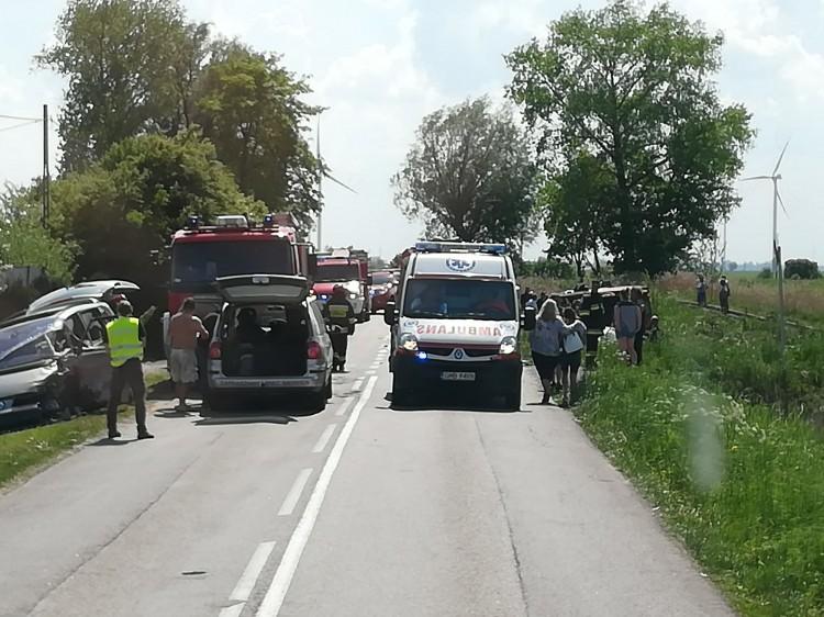 Gmina Stegna: Trzy osoby ranne w zderzeniu dwóch aut z ciężarówką Scania