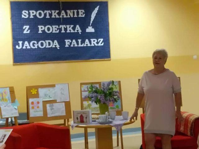 Spotkanie uczniów Zespołu Szkół w Ostaszewie z autorką wierszy dla dzieci Panią Jagodą Falarz.
