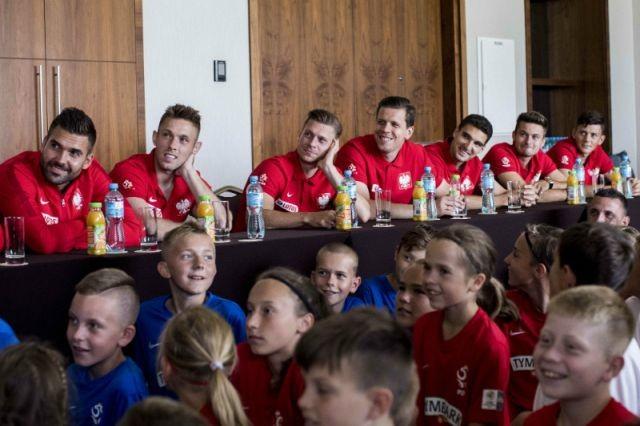 """""""Z Podwórka na Stadion o Puchar Tymbarku"""" : Dzieci zaskoczyły pytaniami reprezentację"""
