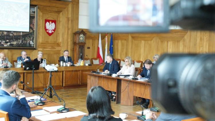 Pytania o przedszkola i zalewane bloki. XLVIII sesja Rady Miasta Malborka