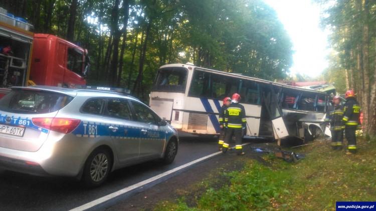 Zderzenie ciężarówki z autobusem przewożącym dzieci, zginęły dwie osoby.