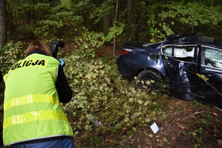 Śmiertelny wypadek na DK 22. 22-letni kierowca nie posiadał uprawnień do kierowania