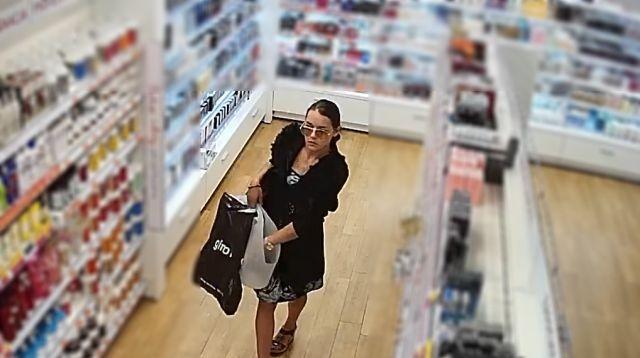 Podejrzana o kradzież perfum za ponad 1,5 tys. zł. Policja poszukuje kobiety.