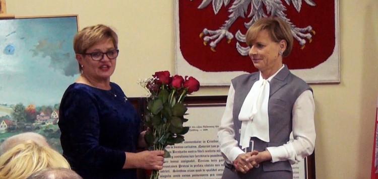 Była włodarz Elżbieta Domańska pogratulowała Jolancie Szewczun objęcia stanowiska i przekazała klucze do miasta. Pierwsza sesja rady miejskiej w Dzierzgoniu. Pani Burmistrz złożyła ślubowanie