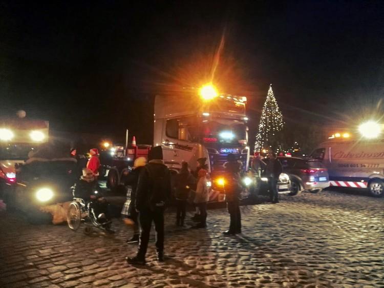 Konwój Mikołajów w ciężarówkach przejechał przez Malbork. Na pomoc dzieciom z Nowego Dworu Gdańskiego do Nowego Stawu