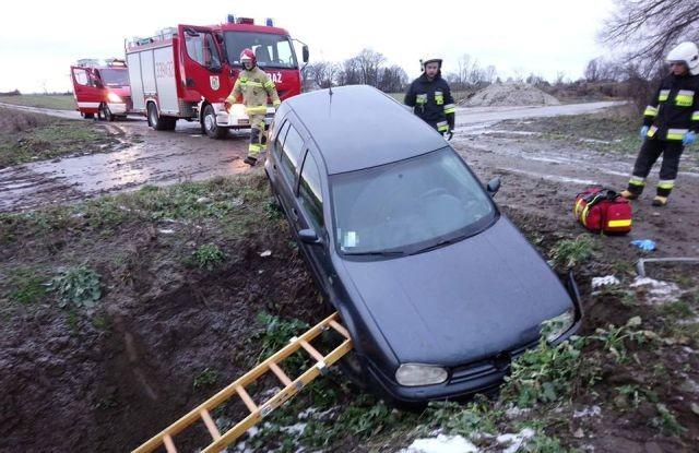Długie Pole: Samochód osobowy wpadł do rowu.