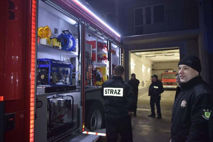 Strażacy – ochotnicy z OSP Ostaszewo z nowym, dużym i czerwonym nabytkiem.