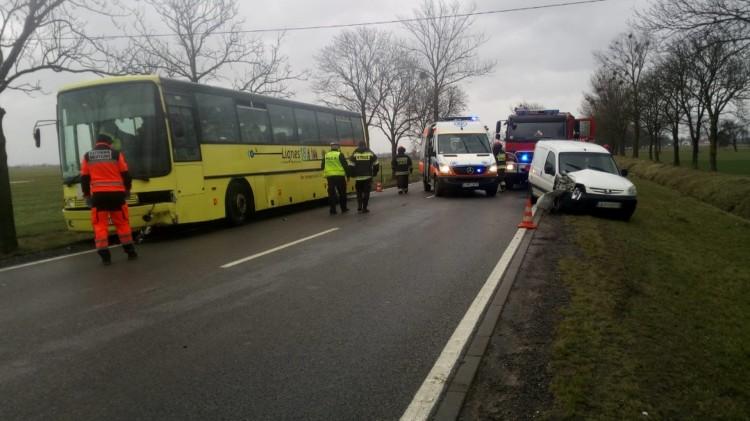 Zderzenie samochodu z autobusem. Droga na wysokości Cis została Zablokowana.
