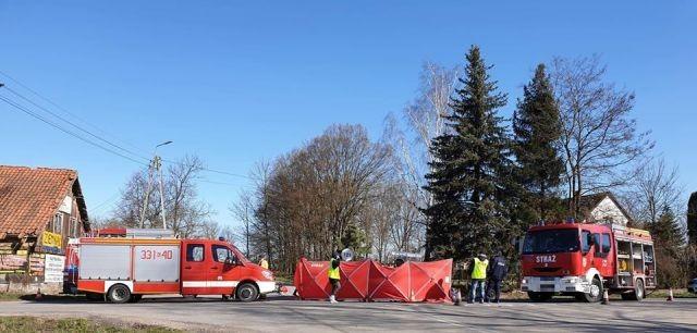 Zderzenie motoru i samochodu osobowego. Kierowca motoru poniósł śmierć na miejscu.