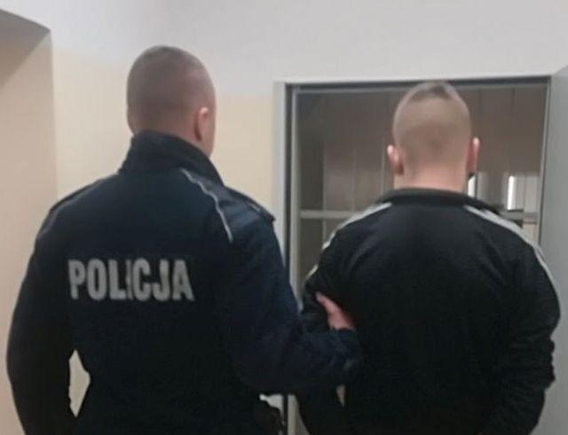 Gmina Nowy Staw: Wybił szyby w aucie. Policja zatrzymała 16-latka i jego poszukiwanego przez sąd kolegę.