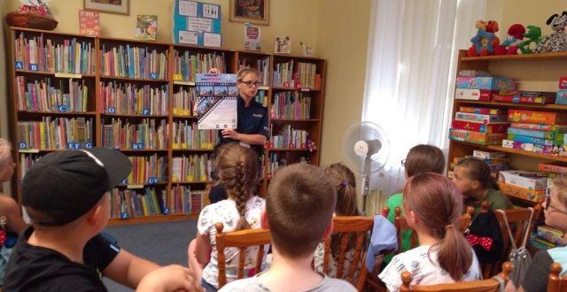 """Nowy Dwór Gdański: """"Kręci mnie bezpieczeństwo nad wodą"""" spotkanie policji z dziećmi w bibliotece"""