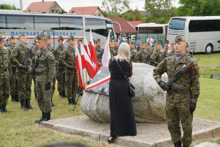 Żona zmarłego tragicznie kpt. pilota Krzysztofa Sobańskiego odsłoniła pamiątkową tablicę.