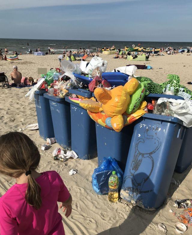 Jantar: Śmieci na plaży, nieczynne toalety. Kolejne sygnały od turystów.