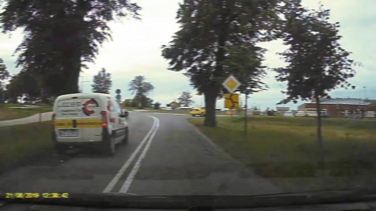 Nagranie od widza: Wyprzedzanie na skrzyżowaniu i przejściu dla pieszych. Sprawą zajmie się sąd.