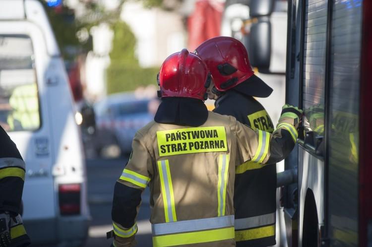 Kolizje drogowe i pożar w komisie samochodowym – weekendowy raport nowodworskich służb mundurowych.