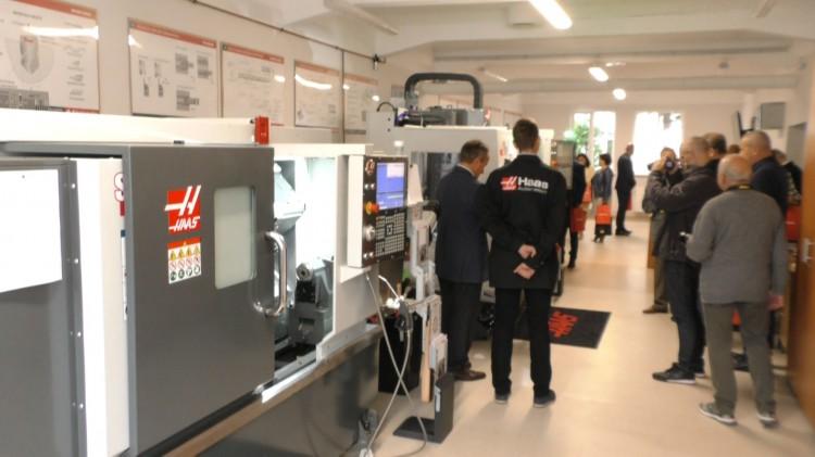 Uczniowie CEZ uczą się na najnowszych obrabiarkach CNC firmy HAAS.