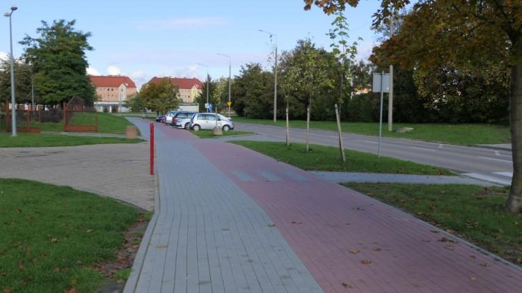 Brak wolnych miejsc i parkowanie, gdzie popadnie przy dawnej SP5 w Malborku.